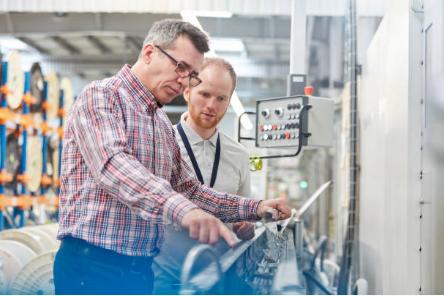 hommes travaillant dans une entreprise industrielle
